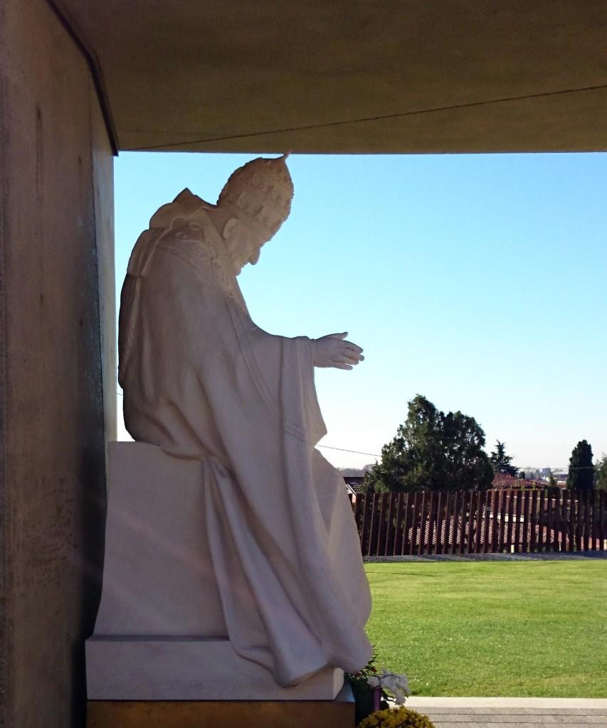 Sotto il Monte Giovanni XXIII Statua Giardino Pace
