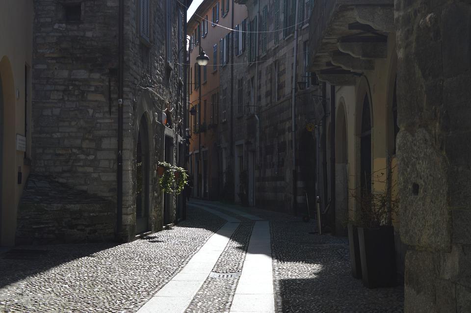 strada del centro storico di como_cosa vedere