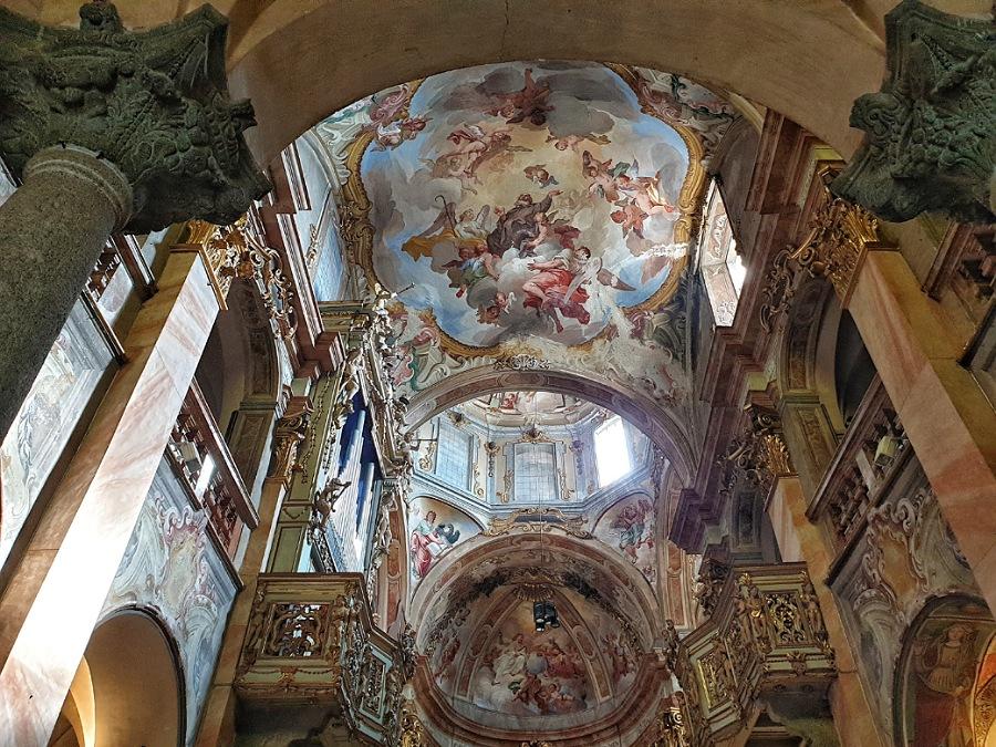 interni della basilica di san giulio sul lago d'orta