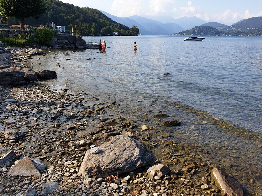 Spiaggia di sassi sul Lago d'Orta