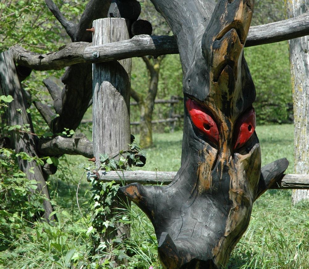il drago scolpito nel legno a zone