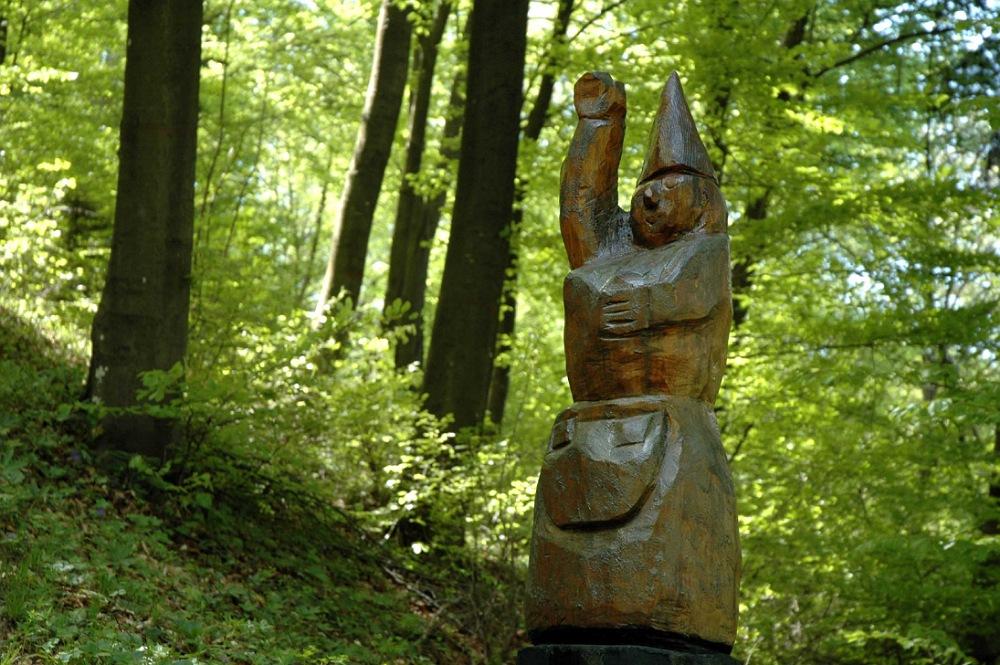 gnomo di legno nel bosco di zone vicino a brescia
