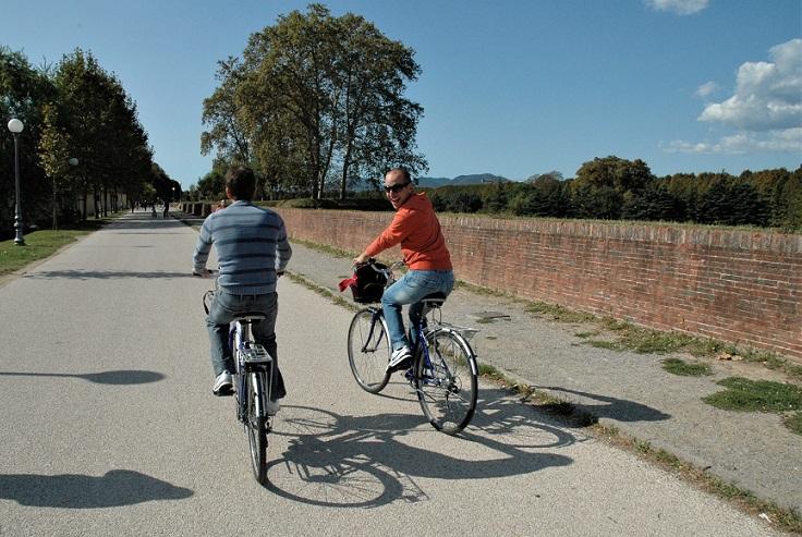 in bicicletta sulle mura di lucca_cosa fare in un giorno