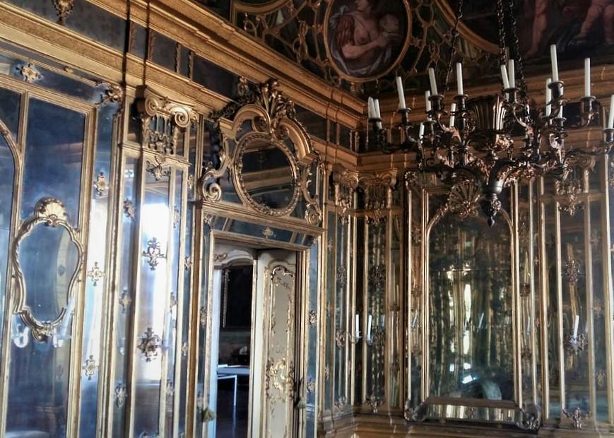 Il Salottino degli Specchi, uno degli spazi interni di Palazzo Terzi da visitare