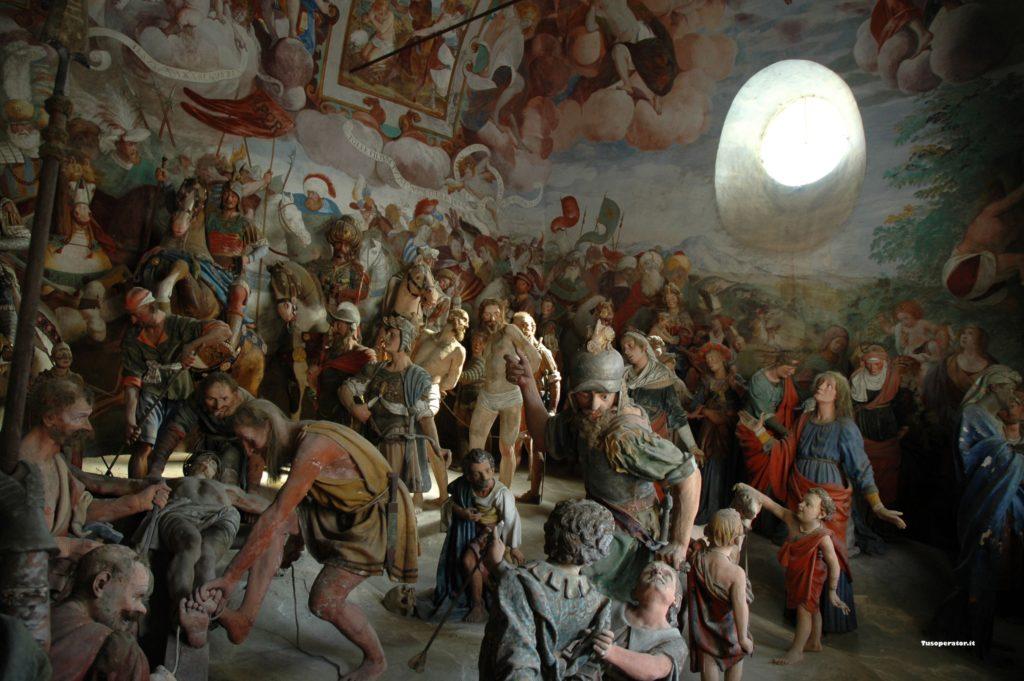 Statue e affreschi in una delle cappelle del Sacro Monte di Varallo