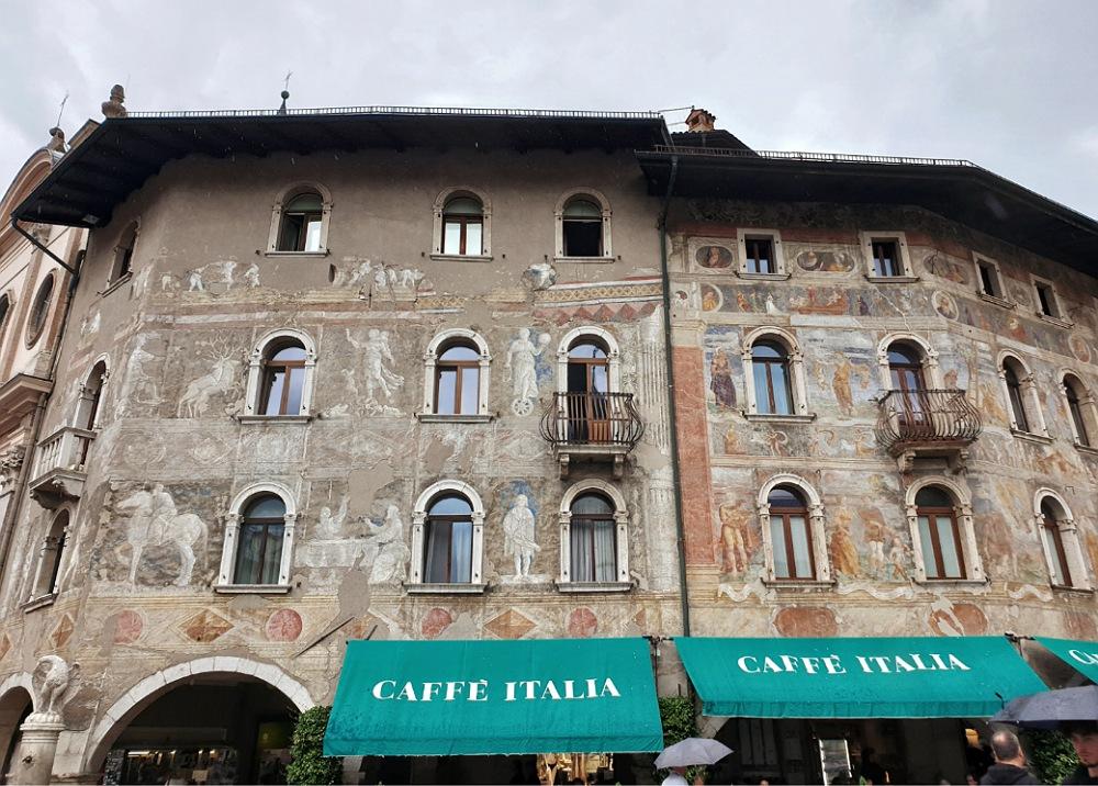 Antichi palazzi affrescati in Piazza Duomo a Trento