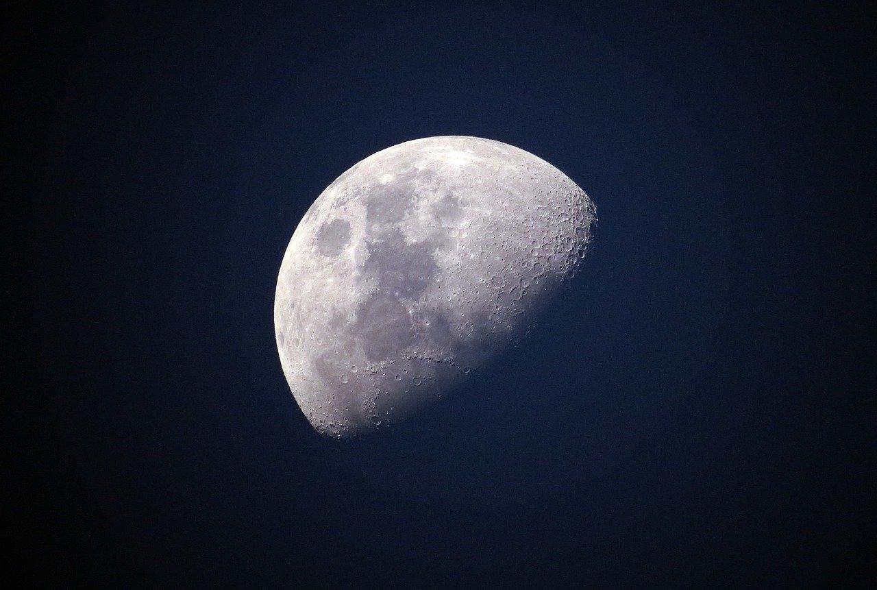 la luna vista da un osservatorio