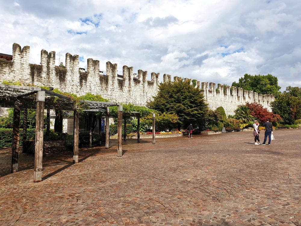 Piazza Fiera a Trento con le antiche mura