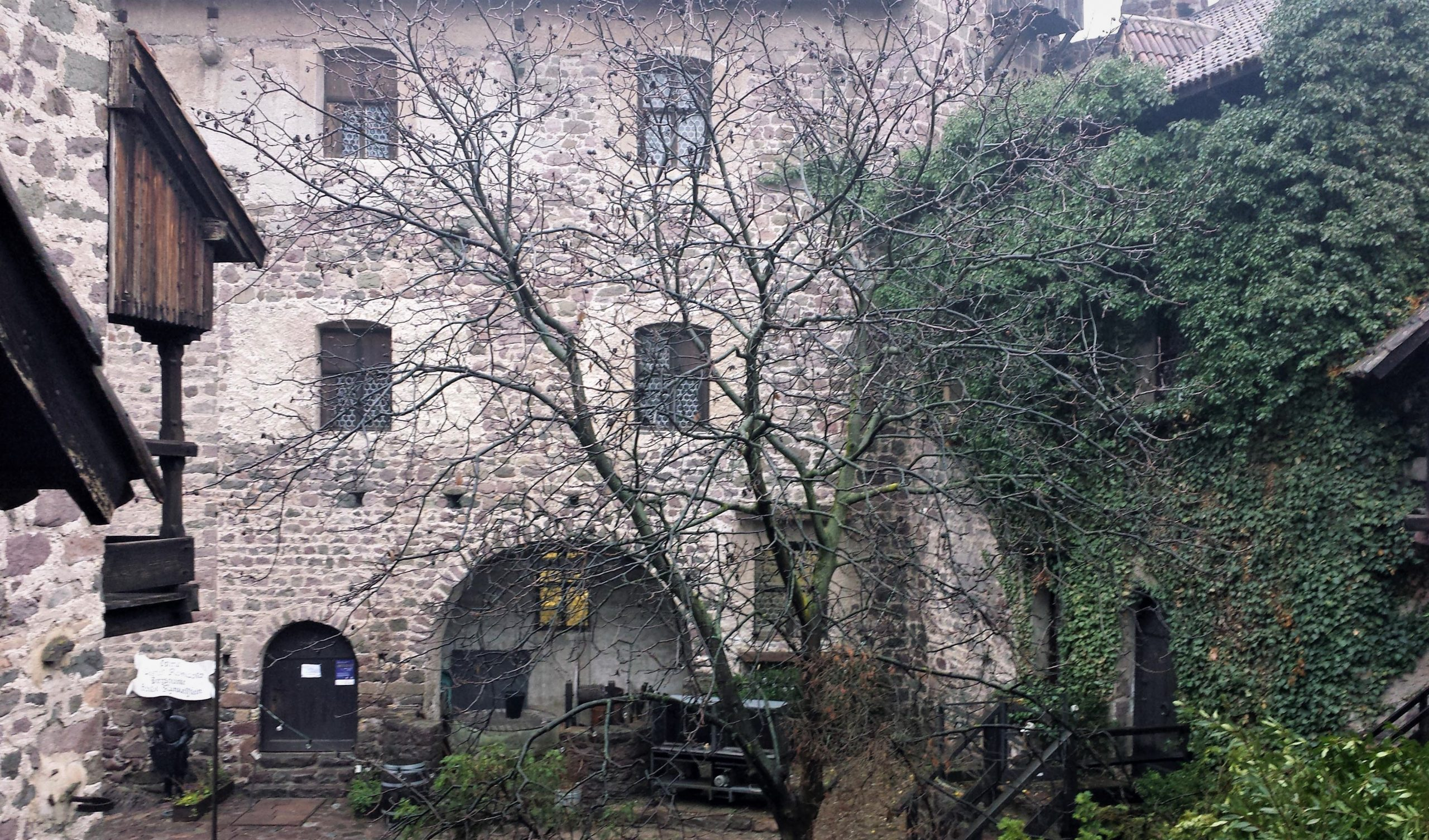 cortile castel roncolo in inverno