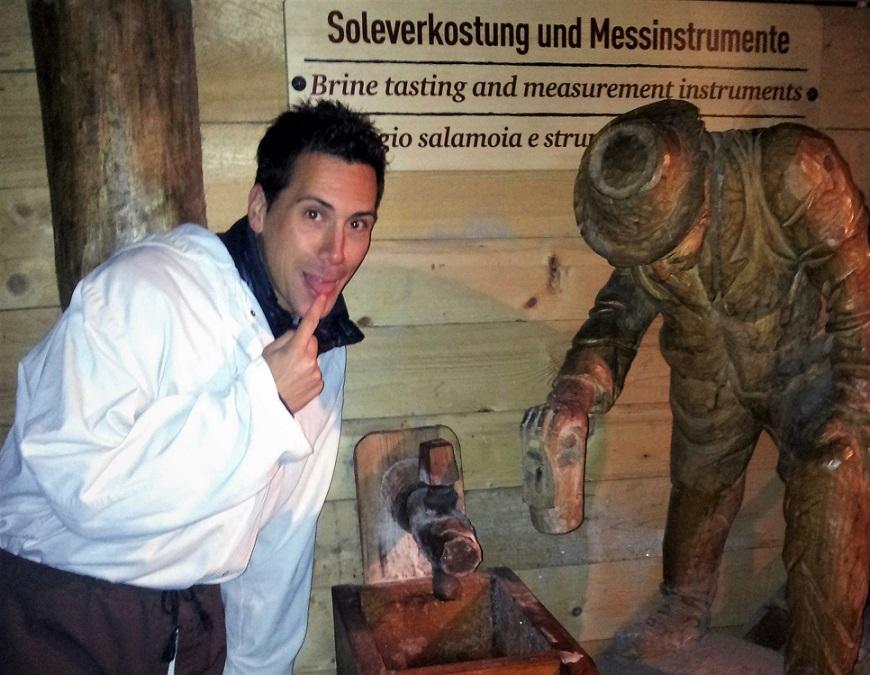 Assaggio del sale estratto nella miniera di Hallein in Austria