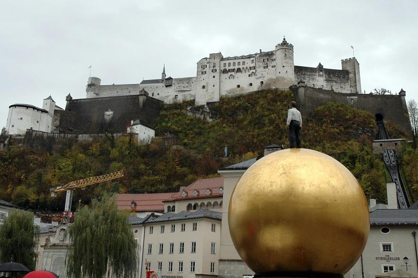 Kapitelplatz_scultura moderna e fortezza di salisburgo