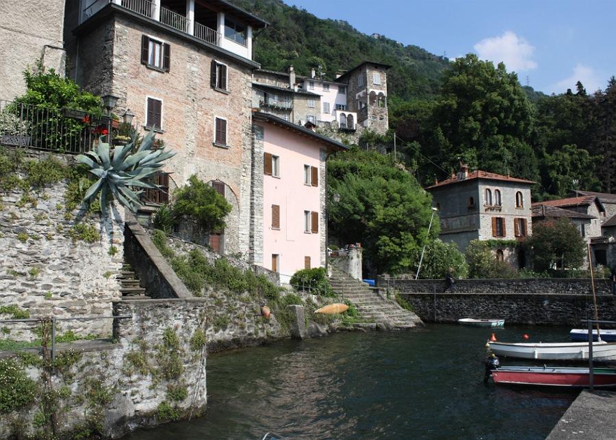 il borgo di Corenno Plinio dal lago di Como