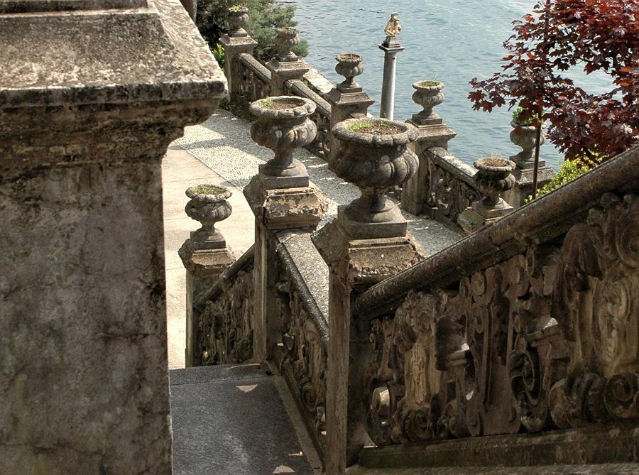 scalinata nei giardini di villa monastero a varenna
