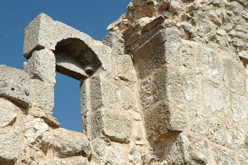 Una finestra del Castello di Ajloun in Giordania_visita