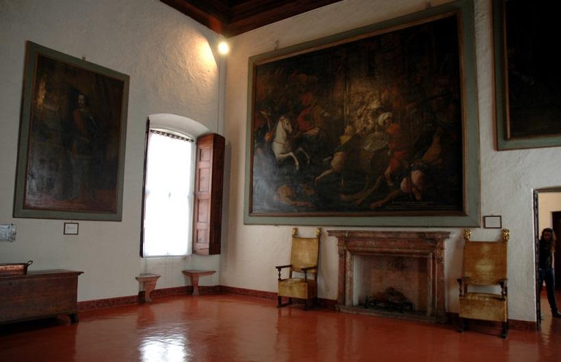 Sala arredata nella Rocca di Angera