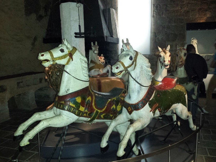 cavalli a dondolo nel Museo della Bambola e del Giocattolo nella Rocca di Angera