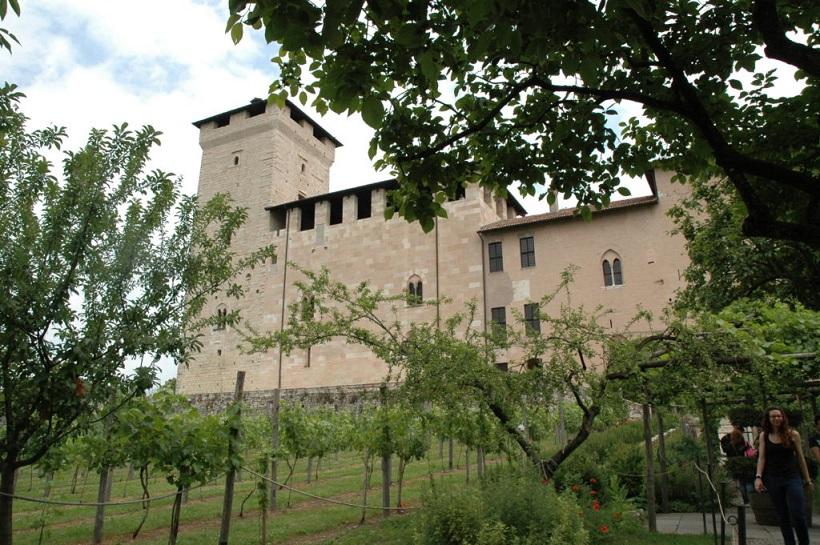 La Rocca di Angera vista dai Giardini Medievali_Lago Maggiore
