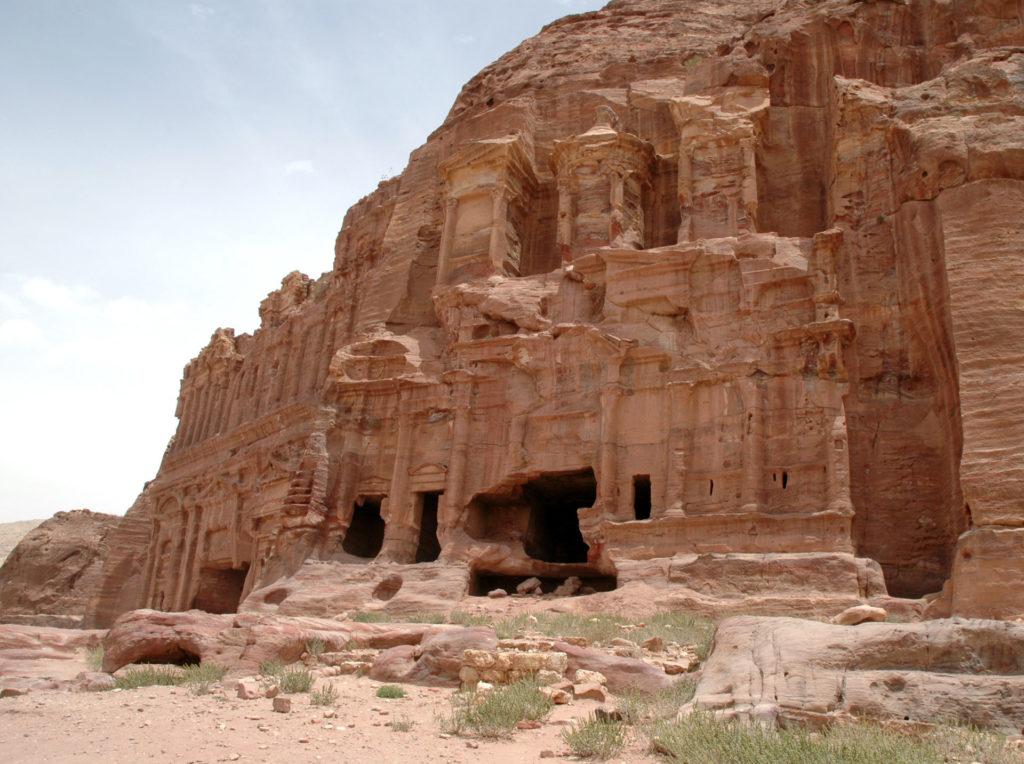 Una delle tombe lungo la Via delle Facciate di Petra: itinerario a piedi