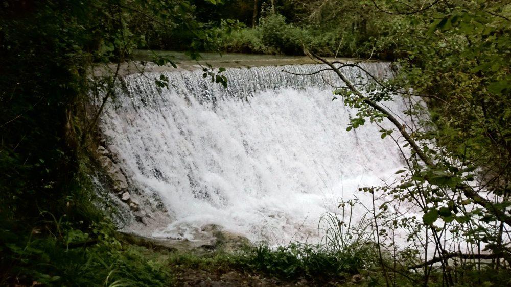 cascata lungo il sentiero della val vertova in provincia di bergamo