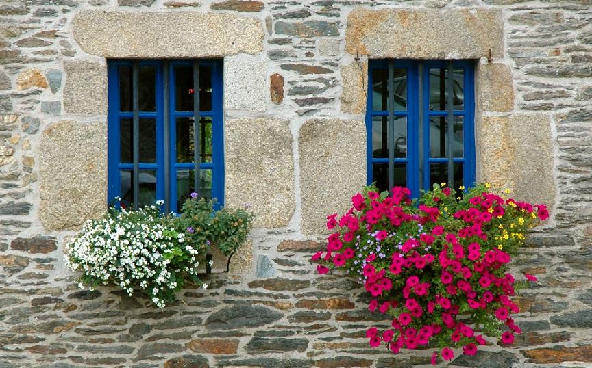 finestre bretoni con fiori_cosa vedere a locronan