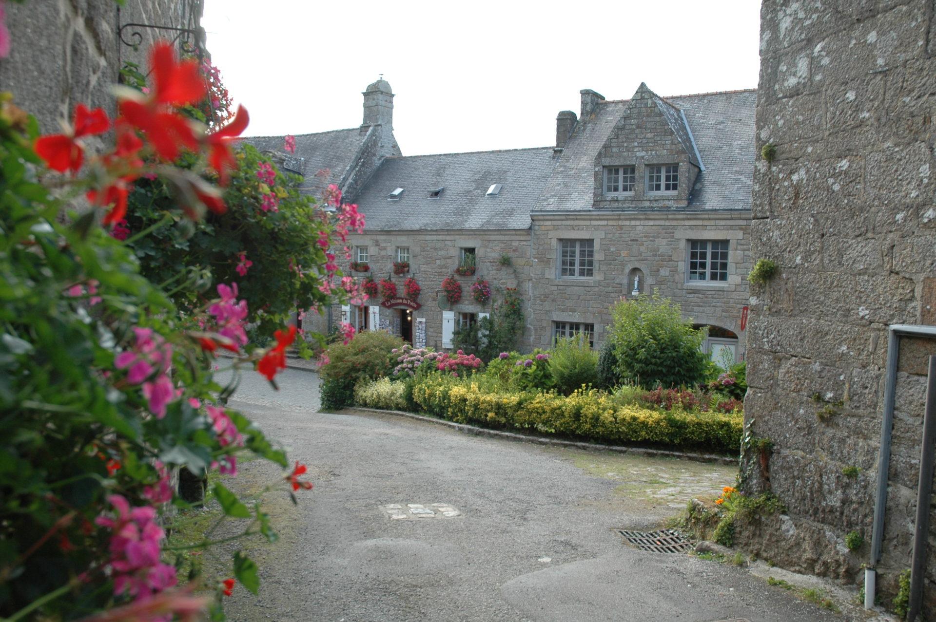 finestre fiori locronan villaggio francia