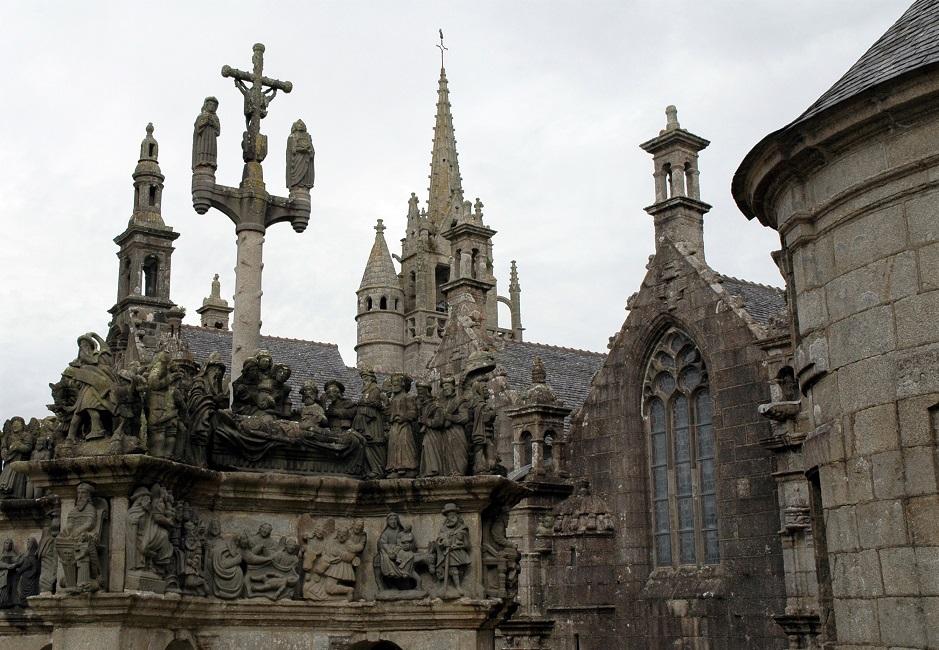 il calvario di guimiliau con le statue in granito_bretagna