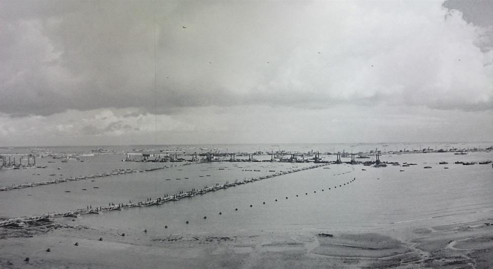 foto d'epoca del porto galleggiante di arromanches