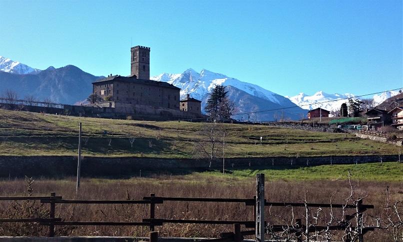 il castello di sarre domina la valle d'aosta_cosa vedere