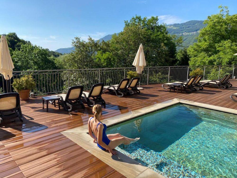 piscina esterna riscaldata dell'hotel miramonti di rota d'imagna a bergamo