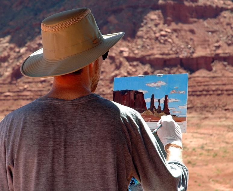 Un artista dipinge il paesaggio della Monument Valley