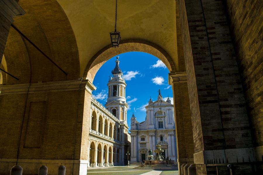 piazzale del santuario di loreto_pellegrinaggio