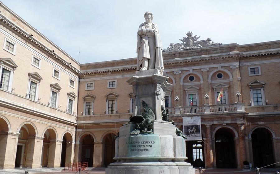 palazzo comunale di recanati_statua leopardi
