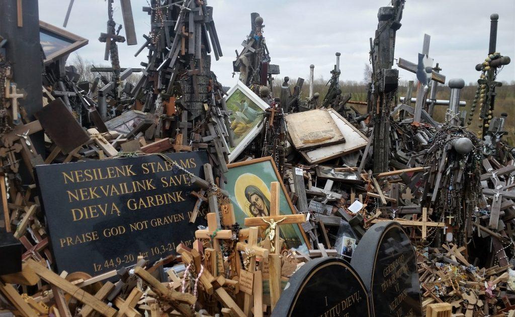 croci e oggetti sacri alla collina delle croci in lituania