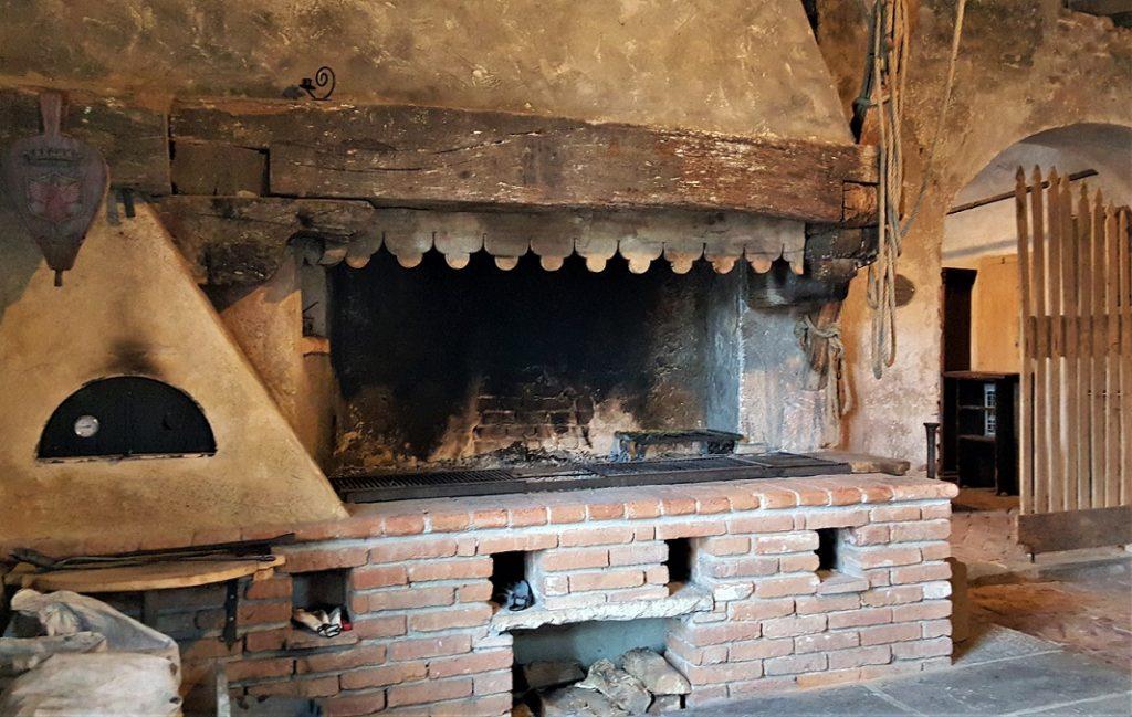 forno durante la visita degli interni del castello di padernello