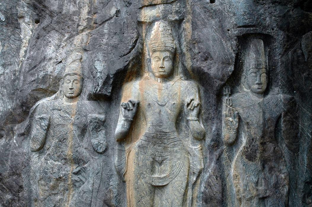 Statue di Budurawagale: luoghi di interesse in Sri Lanka