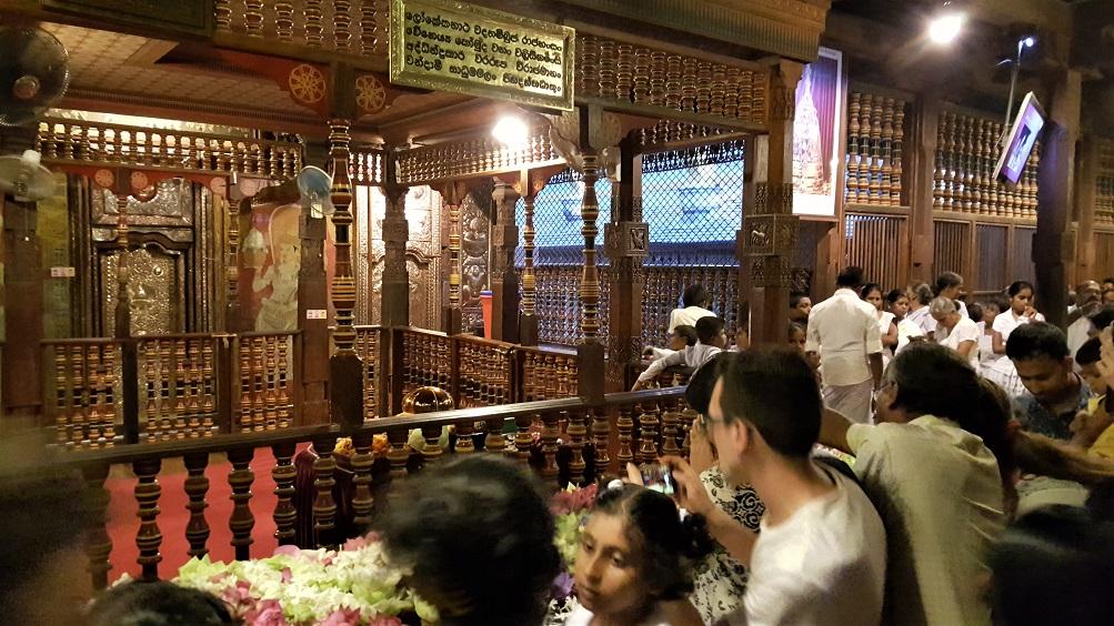 interno del tempio del Sacro Dente di Buddha a Kandy