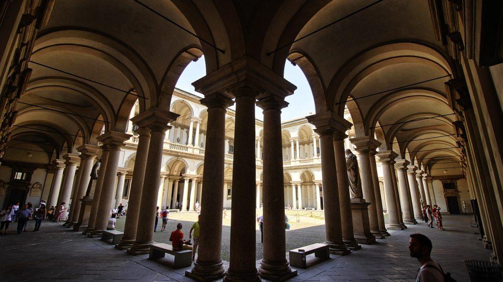 Cortile di ingresso alla Pinacoteca di Brera: cosa vedere