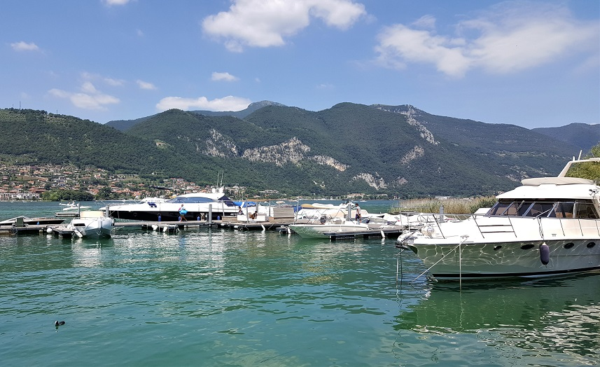 barche ormeggiato presso il noleggiatore di paratico_lago d'iseo