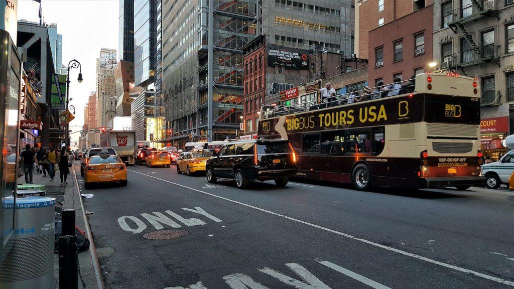 Una strada del centro di fronte all'Holiday Inn NYC Times Square