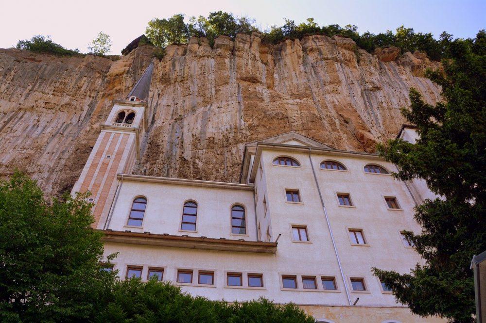 santuario madonna della corona scavato nella roccia_