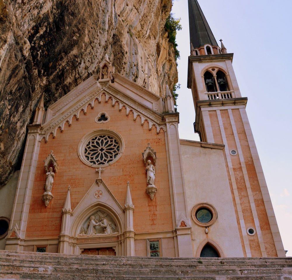 facciata del santuario della madonna della corona a verona