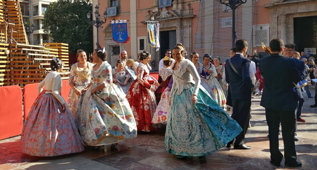 Sfilata di abiti tradizionali di Valencia in Spagna