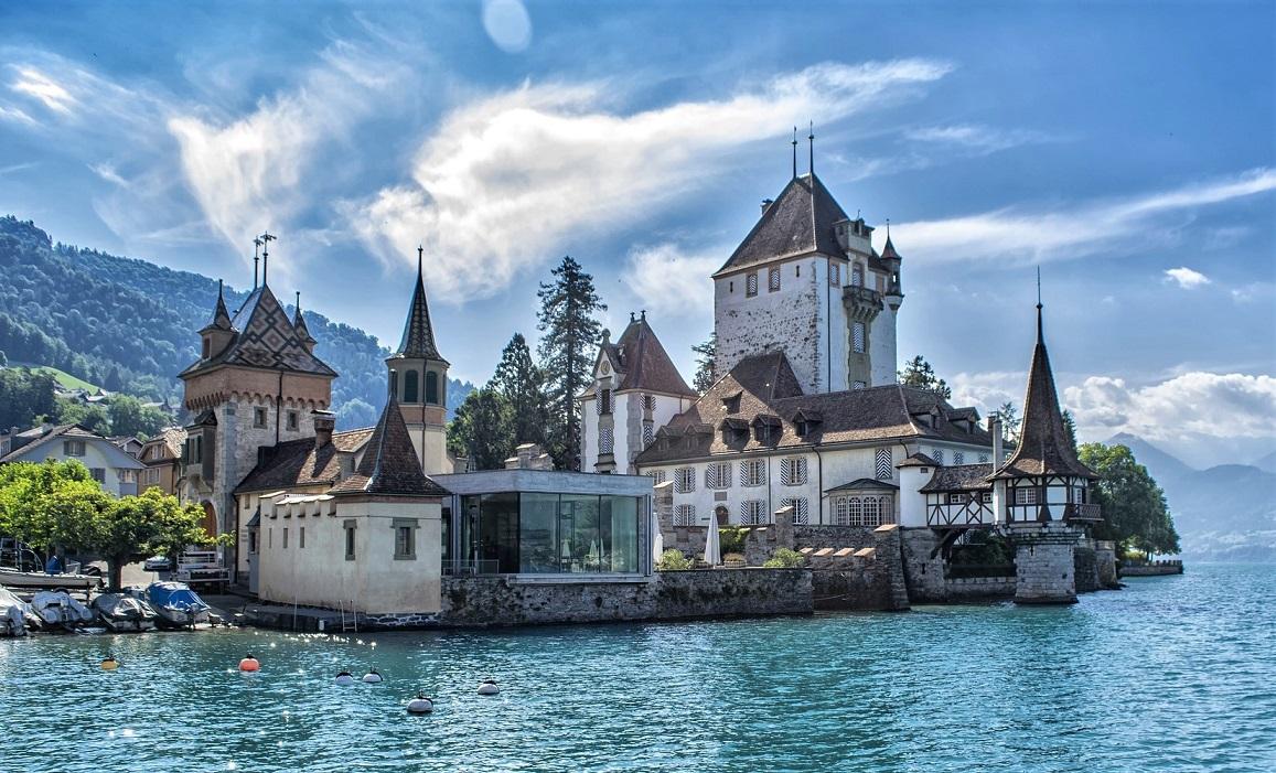 Castello di Oberhofen sul Lago di Thun in Svizzera