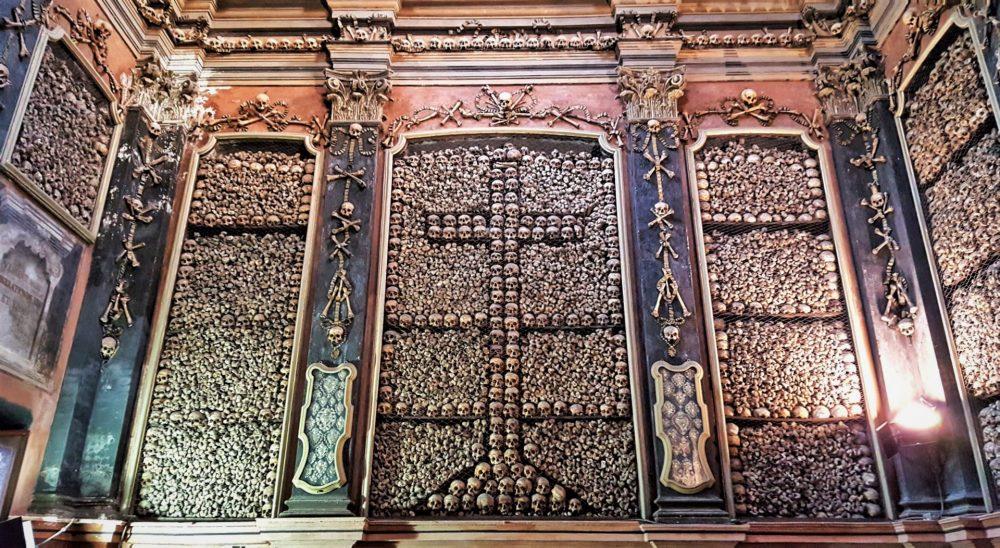 ossa umane nella chiesa di san bernardino alle ossa a milano