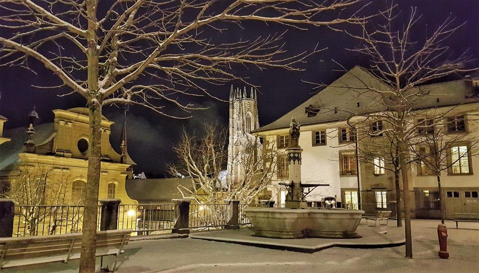 il centro storico di Friburgo in Svizzera durante l'inverno