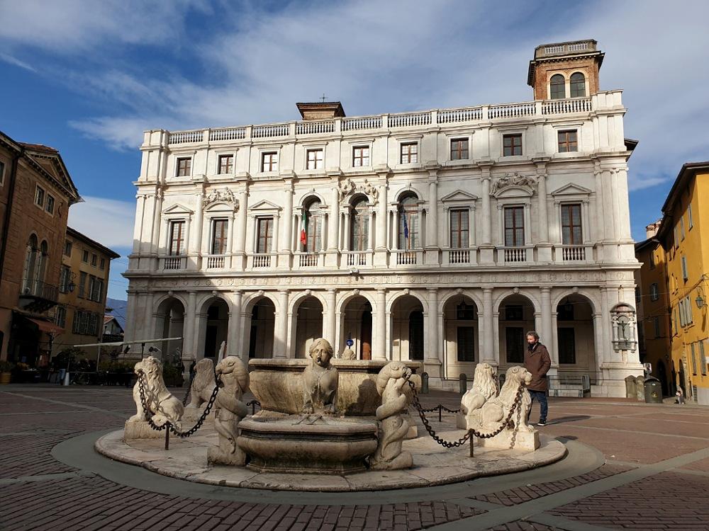 Fontana Contarini e Biblioteca Angelo Maj in Piazza Vecchia