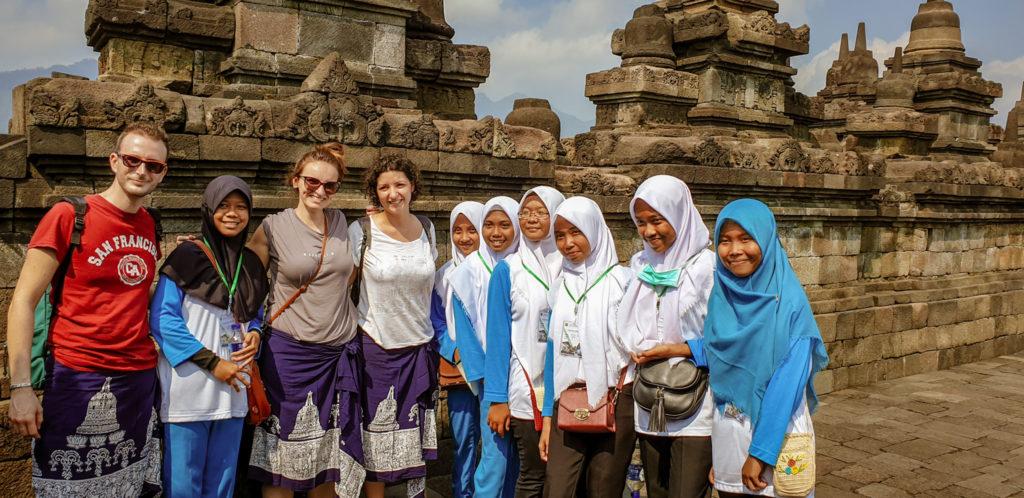 Foto di gruppo con un gruppo di studenti a Borobudur