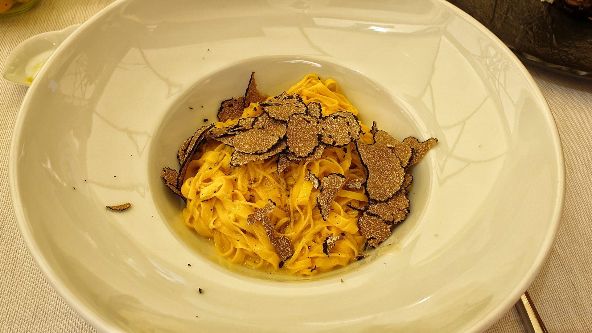 Un piatto di tajarin con tartufo nero_langhe