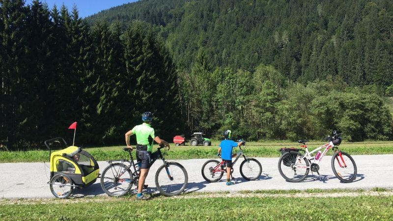 in montagna con i bambini in bicicletta