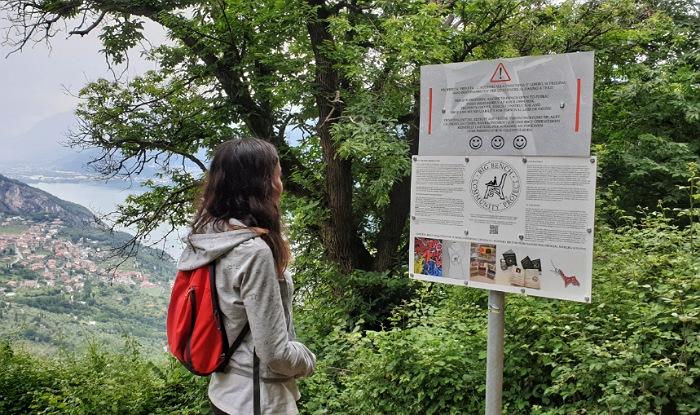 pannelli informativi alla panchina gigante di fonteno sul lago d'iseo